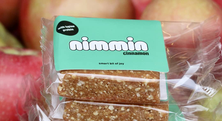 nimmin bar with apples in the packground