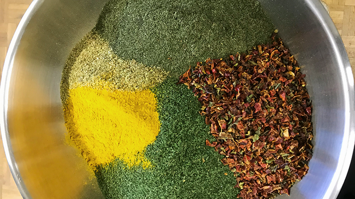 All spices separately in a bowl bevore Yves mix them all and let them go trough the mill.